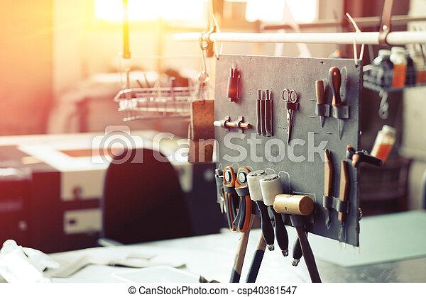 couro, crafting, ferramentas - csp40361547