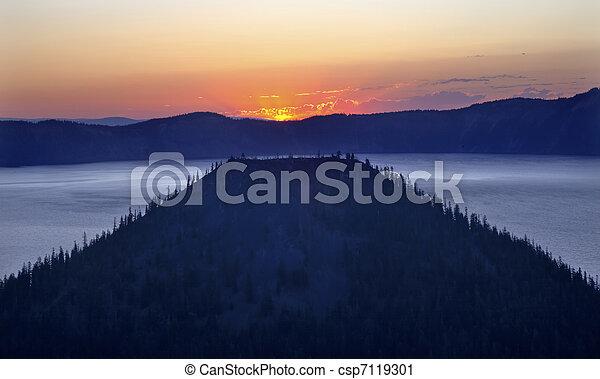 Crater Lake Wizard Island Sunrise Oregon - csp7119301