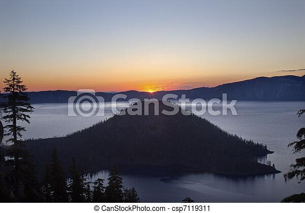 Crater Lake Wizard Island Sunrise Oregon - csp7119311