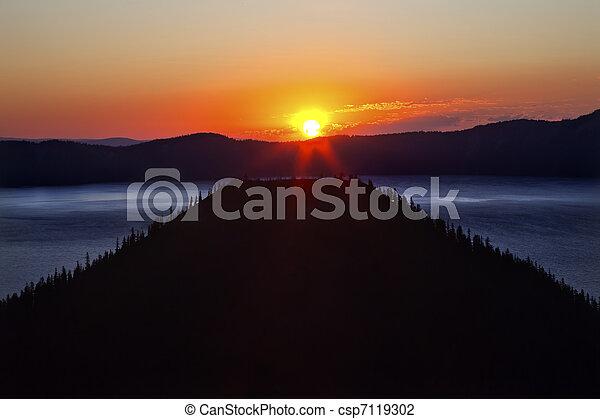 Crater Lake Wizard Island Sunrise Oregon - csp7119302