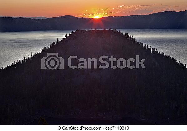 Crater Lake Wizard Island Sunrise Oregon - csp7119310