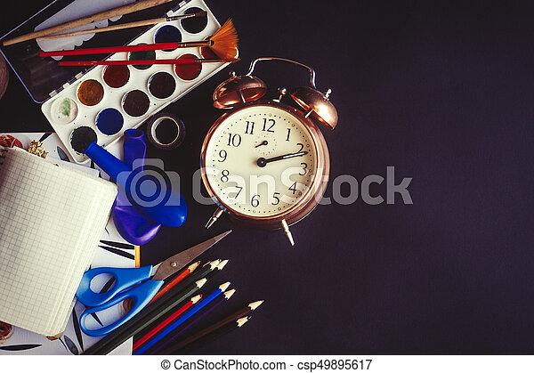 Crayons Plat école Concept Vieux Coloré Horloge Peintures