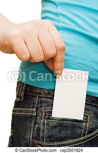 La chica de jeans tiene una tarjeta de crédito - csp3501824