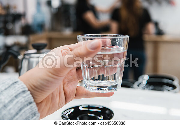 Un vaso de agua en la mano - csp45656338