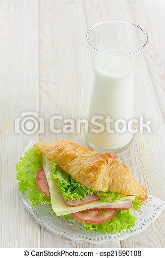 Croissant sandwich - csp21590108