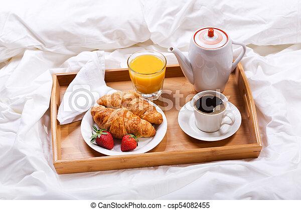 Croissants caf bandeja desayuno cama caf cama jugo im genes de archivo buscar - Bandeja desayuno cama ...