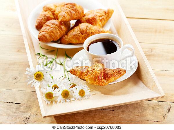 Café y croissants con flores de margarita - csp20768083