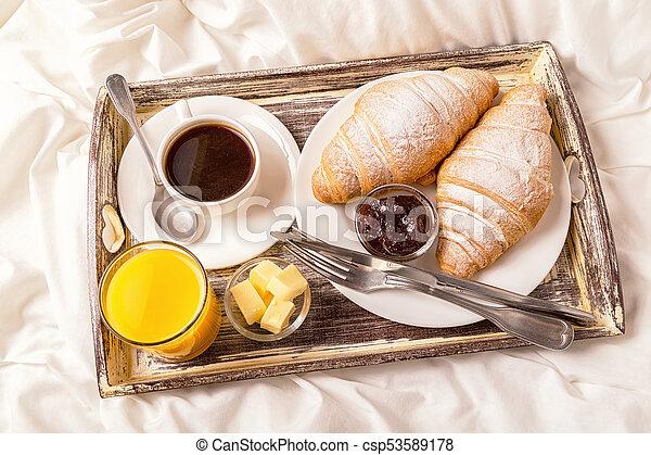 Croissanty Kawa śniadanie łóżko
