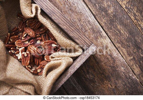 Pecanas crudas en una caja de madera - csp18453174