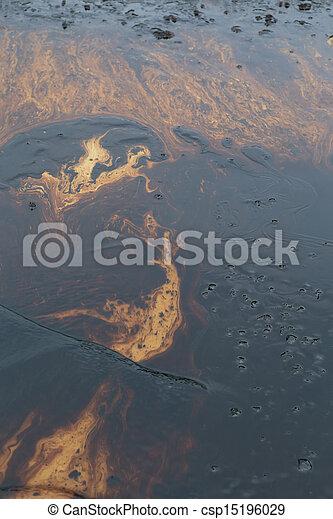 Un derrame de petróleo en la piedra de la playa - csp15196029