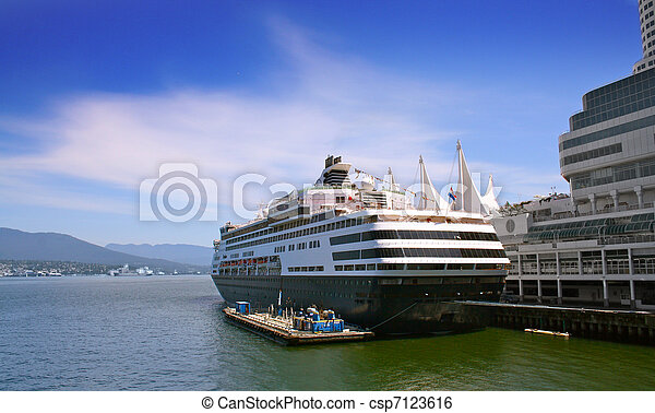 Cruise ship in harbour - csp7123616