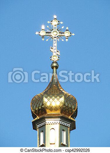 Domo dorado de la iglesia ortodoxa con cruz - csp42992026