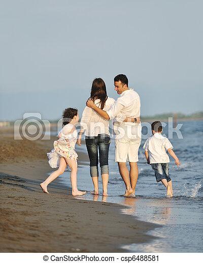 család, fiatal, napnyugta, szórakozik, tengerpart, boldog - csp6488581