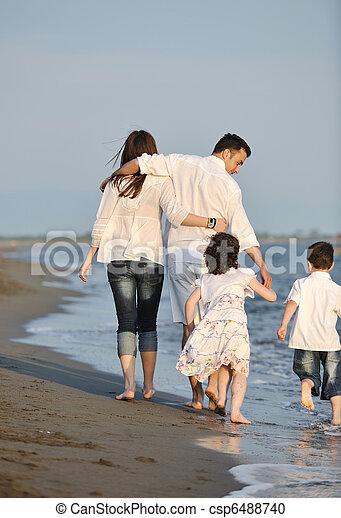 család, fiatal, napnyugta, szórakozik, tengerpart, boldog - csp6488740