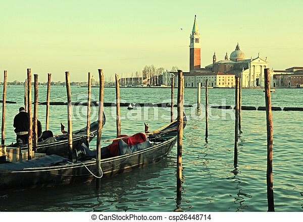 Gondolas, santo Mark Square, Venecia, Italia - csp26448714