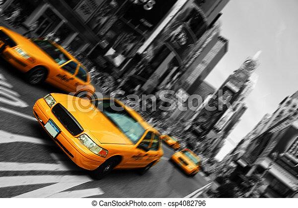 Taxi de Nueva York, movimiento de enfoque borroso, tiempos cuadrados - csp4082796