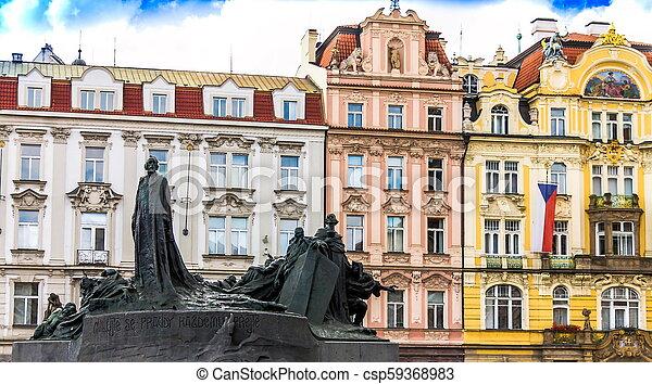 El monumento de Jan Hus en la vieja plaza de Praga, la República Checa durante el día - csp59368983