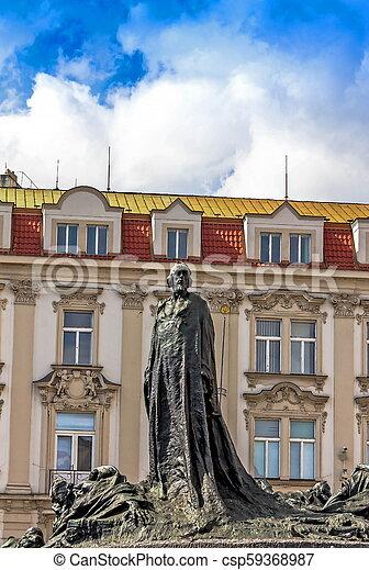 El monumento de Jan Hus en la vieja plaza de Praga, la República Checa durante el día - csp59368987