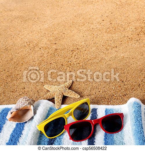 Gafas de fondo de playa, toallas, estrellas de mar, conchas de mar - csp56508422