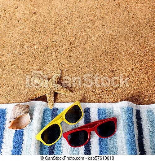 Gafas de fondo de playa, toallas, estrellas de mar, conchas de mar - csp57610010