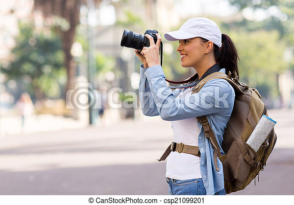 Una joven turista tomando fotos - csp21099201