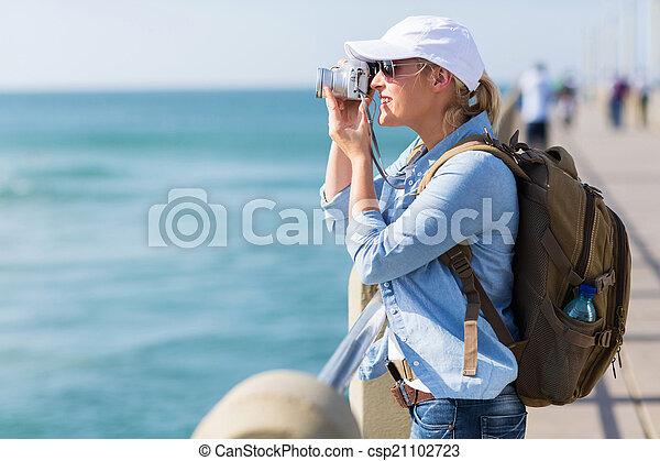 Turística femenina tomando fotos en el muelle - csp21102723