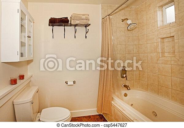 Cuarto de baño, azulejos, beige.
