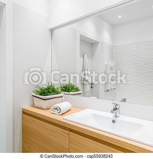 Baño con azulejos estructurales. Baño brillante con azulejos ...