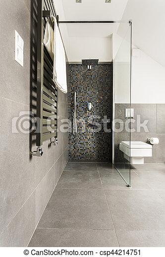 Cuarto de baño, brillante, gris, azulejos. Cuarto de baño ...