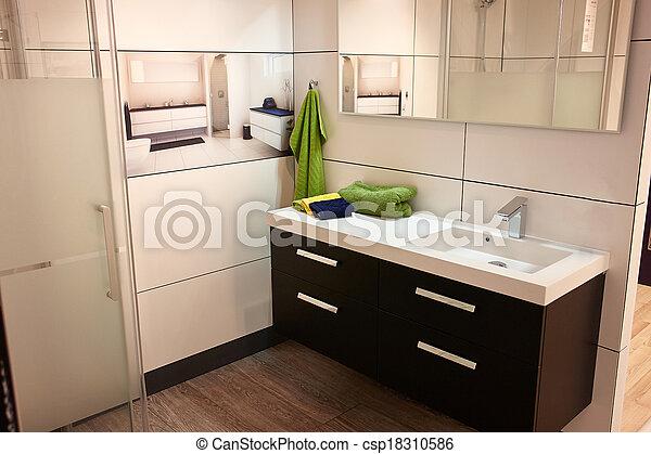 Hermoso baño grande en una nueva casa de lujo - csp18310586