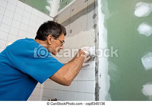 Atando la cubierta del baño - csp8345136