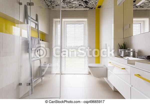 Cuarto de baño, lujo, amarillo, detalles. Cuarto de baño, puerta ...