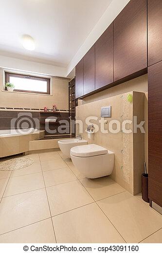 Baño moderno con azulejos beige. Interior del baño moderno ...
