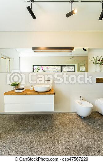 Cuarto de baño, moderno, espacioso, espejo. Cuarto de baño, grande ...