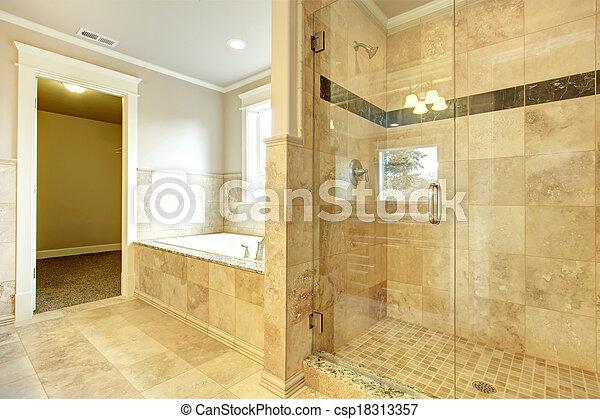 Baño acogedor con bañera y ducha de cristal - csp18313357