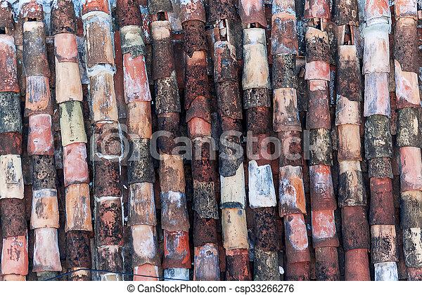 Antecedentes abstractos de viejas baldosas de arcilla. Colorido, en algún lugar roto y tradicional azulejos de arcilla del techo. Cuba, Trinidad. - csp33266276