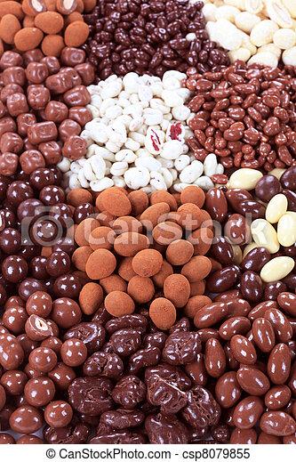 Chocolate cubierto de nueces y fruta - csp8079855