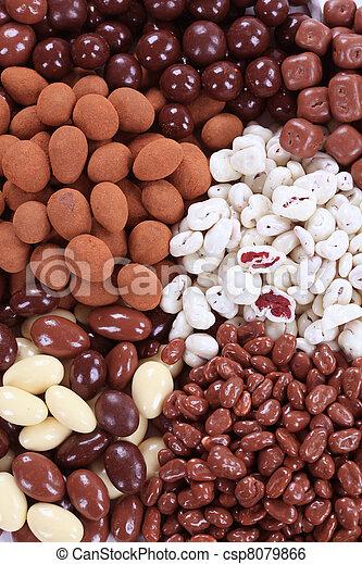 Chocolate cubierto de nueces y fruta - csp8079866