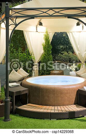 Un jacuzzi cubierto en un jardín - csp14229368