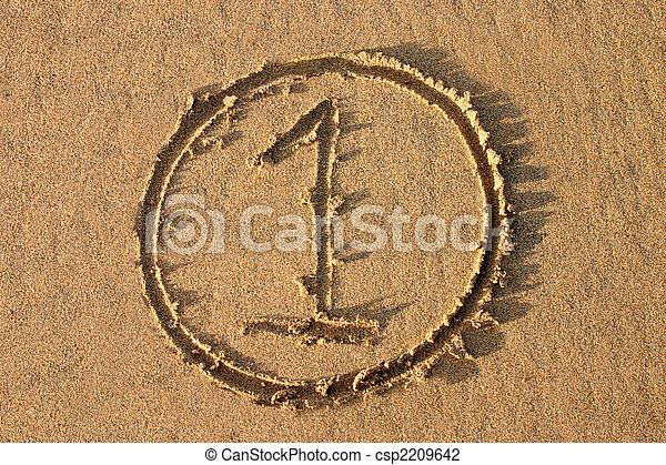 El número 1 escrito en la playa. Parte de una serie de conteo. - csp2209642