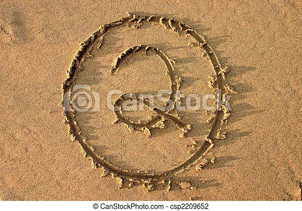 El número 2 escrito en la playa. Parte de una serie de conteo. - csp2209652