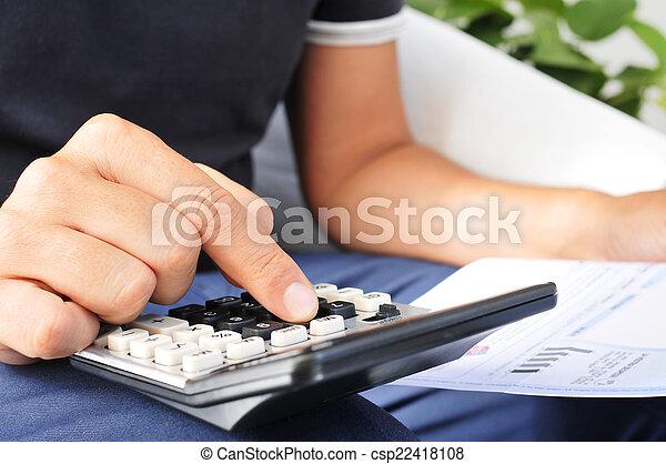 Un joven revisando una factura, un presupuesto o una nómina - csp22418108