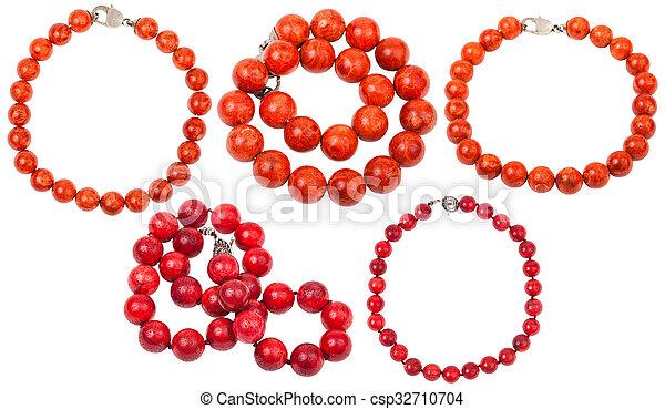 Collares de collares de coral rojo aislados - csp32710704