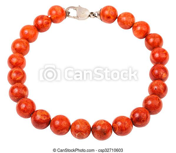 Collares de collares de coral rojos aislados en blanco - csp32710603