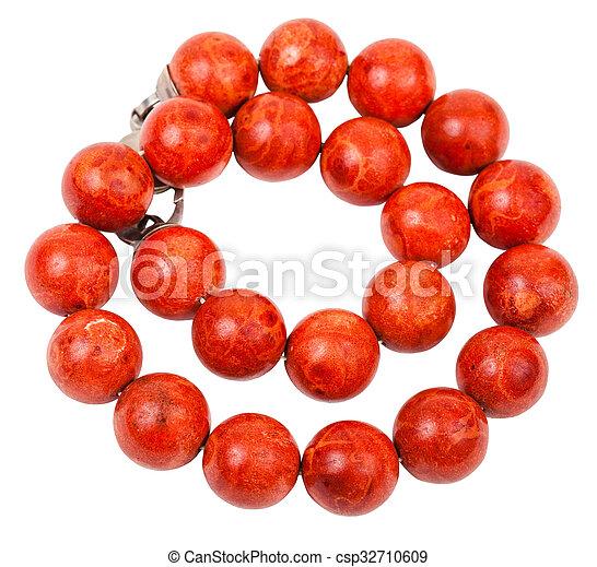Collar enredado de cuentas de coral rojo aislado - csp32710609