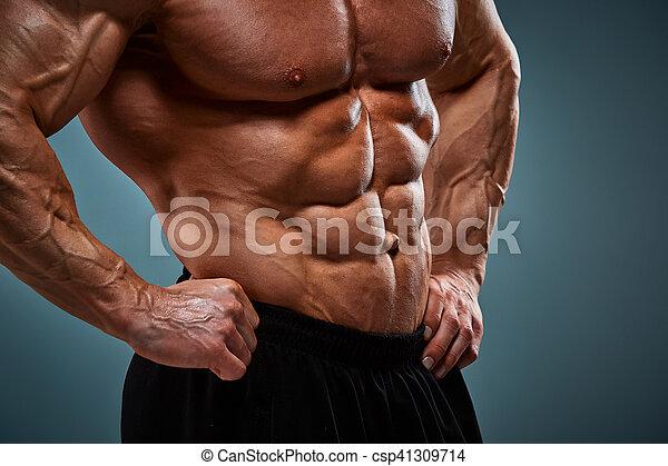 Torso de atractivo físicocultor masculino sobre fondo gris. - csp41309714