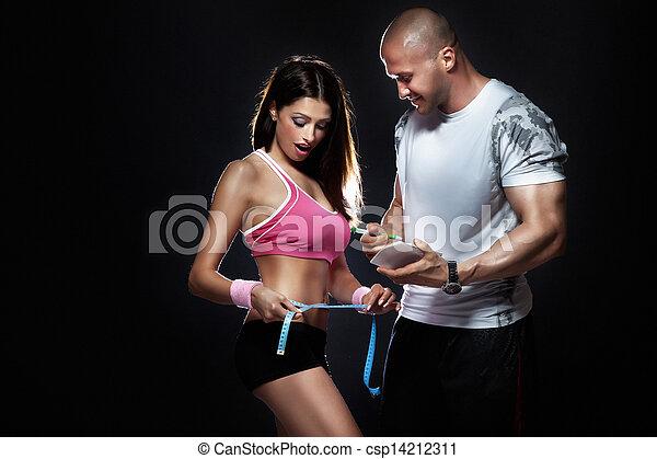 El entrenador midió cuerpo de atractiva chica morena. - csp14212311
