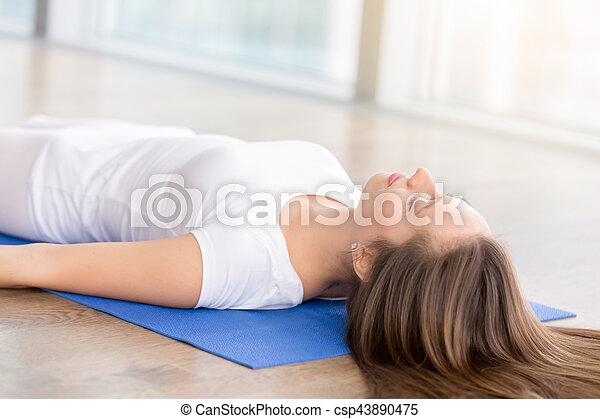 el primer plano de la mujer joven en la pose del cuerpo