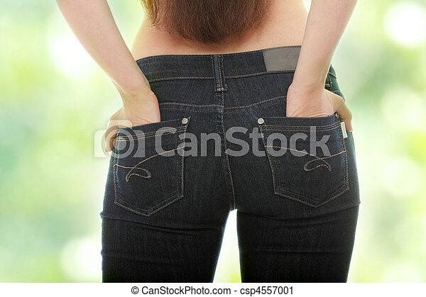 Mujer joven caucásica en jeans - csp4557001