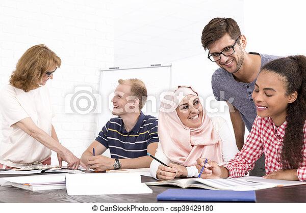 Diferencias culturales en el lugar de trabajo - csp39429180